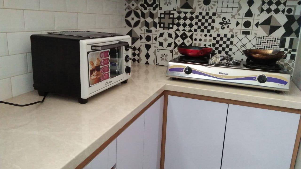 Dapur tanpa kabinet atas beralaskan granit