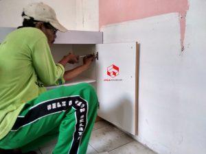 Proses instalasi kitchen set di tempat klien